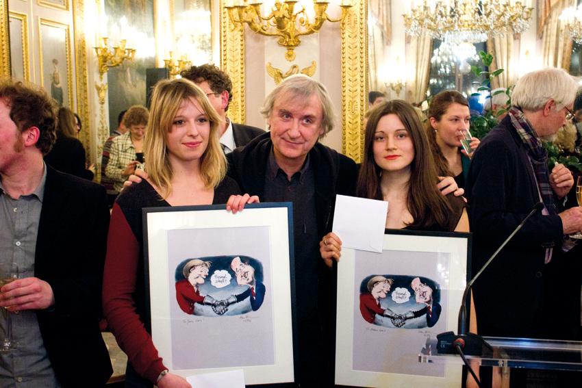 Plantu avec les deux lauréates françaises, Joana Gouin à gauche et Nastasia Verdeil à droite - photo © Frédéric Lionnet