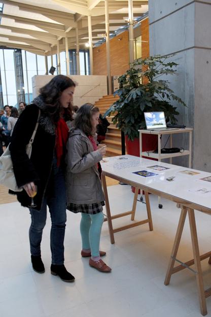 Vue de l'accrochage des dessins du concours étudiants © Éve Madec