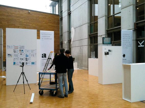 montage de l'exposition en présence de Nawal Bakoury (photo © Sarah Fouquet)