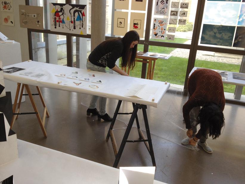 Accrochages des étudiants de troisième année design graphique, avec Nawal Bakouri.
