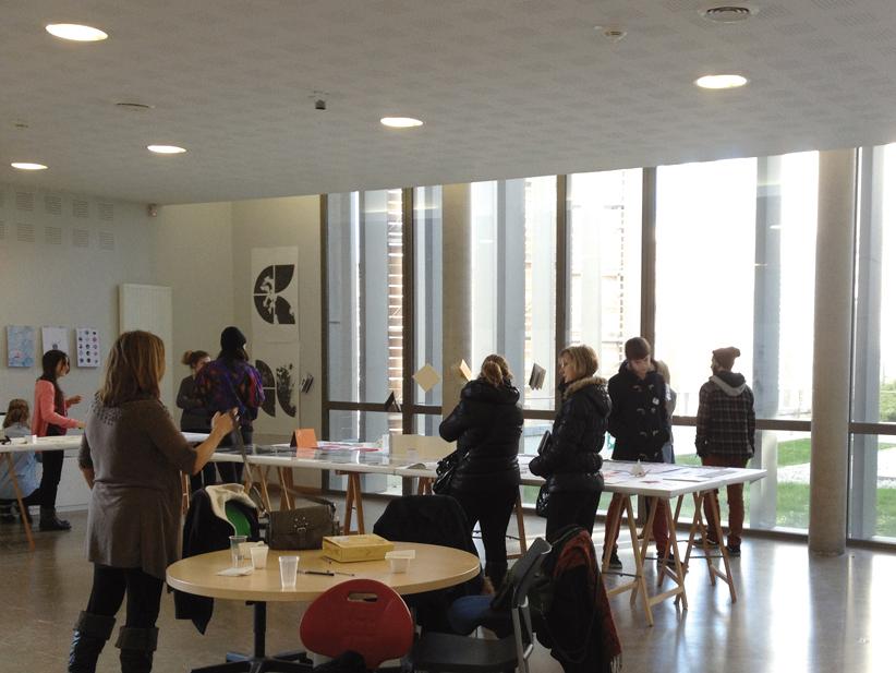 Atelier des étudiants de deuxième année design graphique.