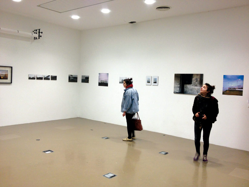 Accrochage de photographie (professeur : Christophe Bouder) des étudiants de troisième année design graphique, dans le studio photo de l'école.