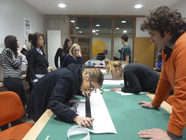 Christophe Bouder et les étudiants en train de préparer les tirages.