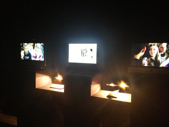 vue de l'installation comprenant 3 écrans et 2 ouvrages