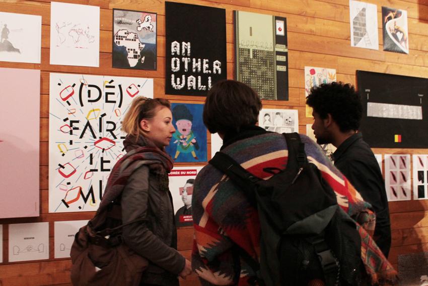 """Public devant l'exposition """"Faire tomber les murs"""" © Claren Tran"""