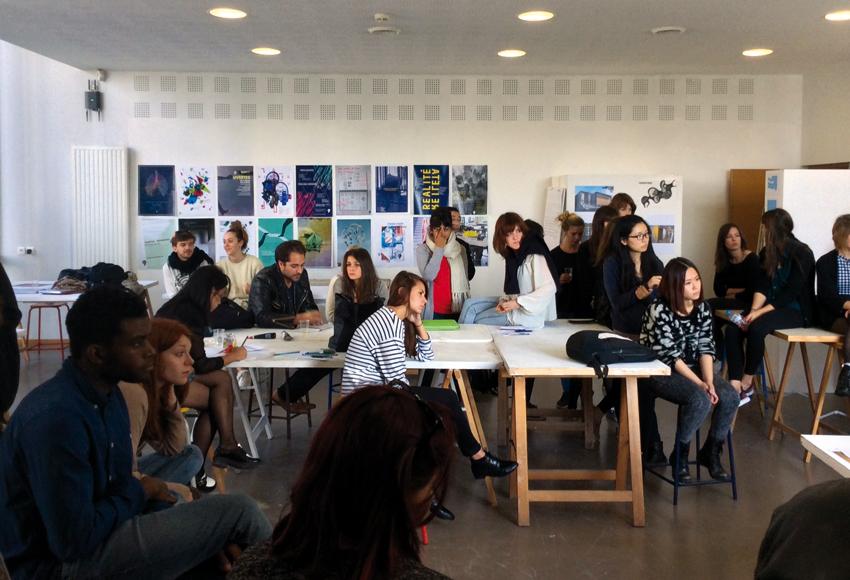 présentation avec l'ensemble des étudiants de design graphique