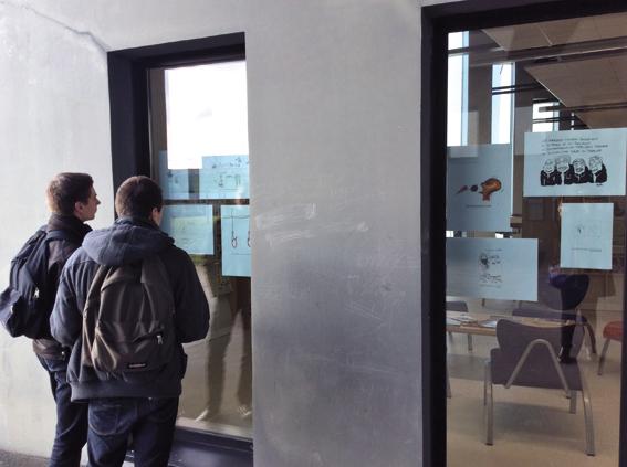 Vue de l'exposition de dessins d'actualité sur les vitres de la médiathèque © photo de Sarah Fouquet