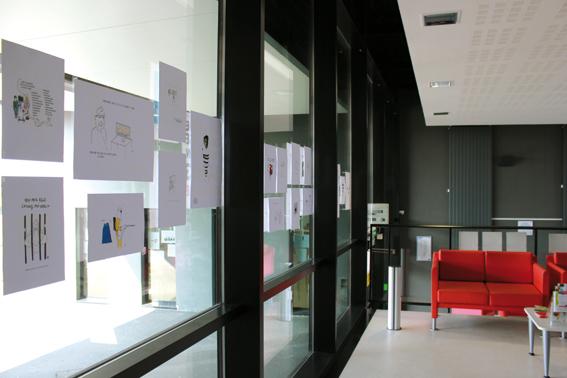 Vue de l'exposition consacrée à Charlie Hebdo depuis le halle © photo de Lucie Legrand