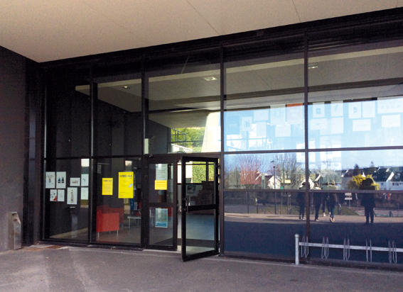 Vue de l'exposition depuis la façade extérieure de la MDE © photo de Sarah Fouquet